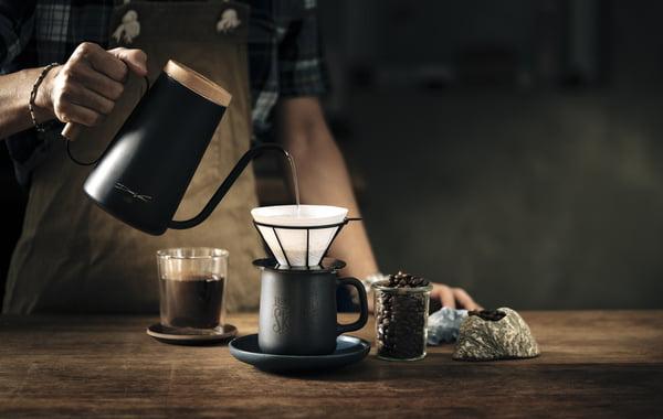 泡茶或手沖咖啡的沖泡工具,大多的造型都很優雅、別緻,把它們收納在玻璃飾櫃,平時也能欣賞到它們的美