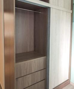 拼色衣櫃利用不同的色調與材質,在視覺上產生層次感,使整體看起來更加美觀、個性