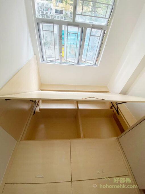 如果空間有限又想做足收納,不妨以地台儲物箱作為主要收納,加上全片式的趟門衣櫃作為當季衣服的收納