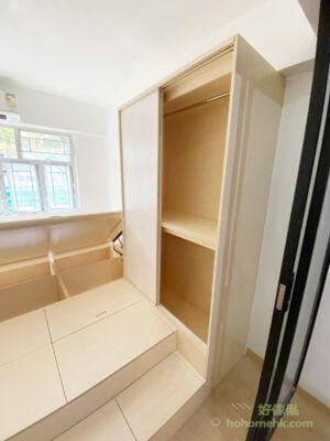 無印風地台床連衣櫃及玻璃趟門, 用了玻璃趟門作為房間的間隔,讓窗外的自然光可以穿透整個室內空間,不只限於照射到睡房