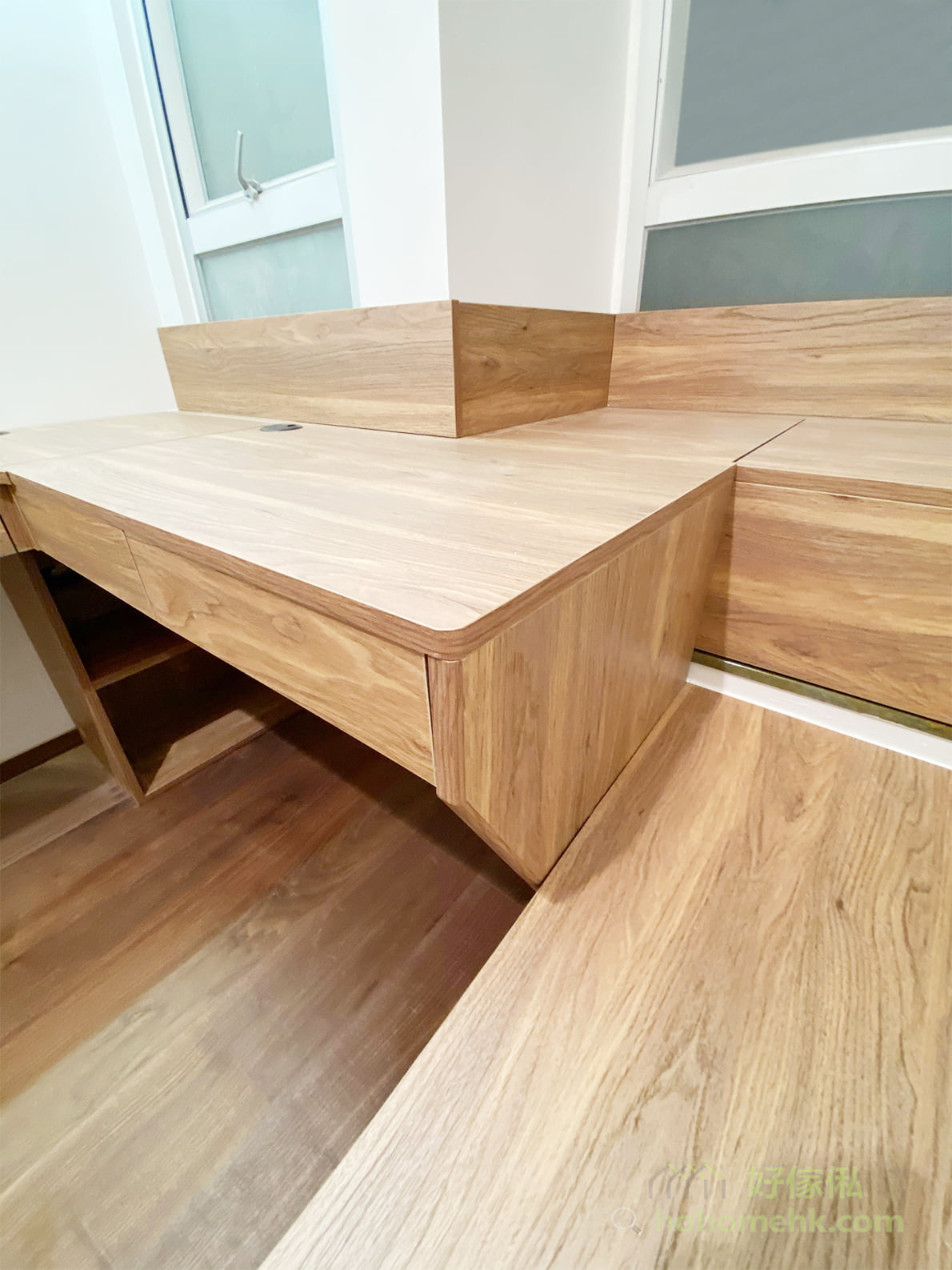 單人床與書枱連接的地方也使用了斜角設計,呼應斜角吊櫃,讓整個空間的風格更加統一