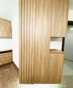 C字櫃懸空設計方便客人的鞋子暫時擺放,不會阻礙通道,又可以整齊一點;與餐邊櫃及吊櫃使用相同配色,空間風格和諧統一