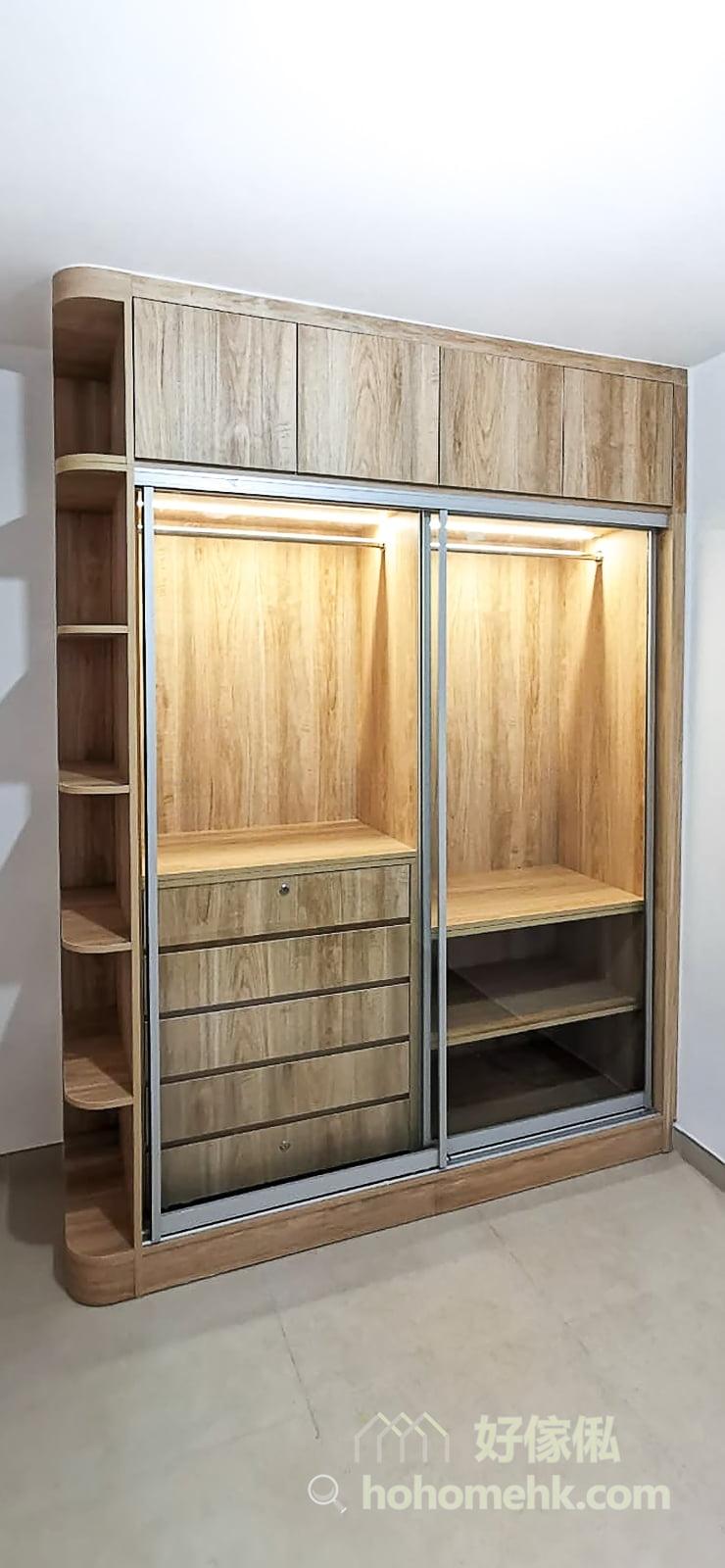 衣櫃側面的開放式層架,正好用來展示帽子、太陽眼鏡、香水等小物