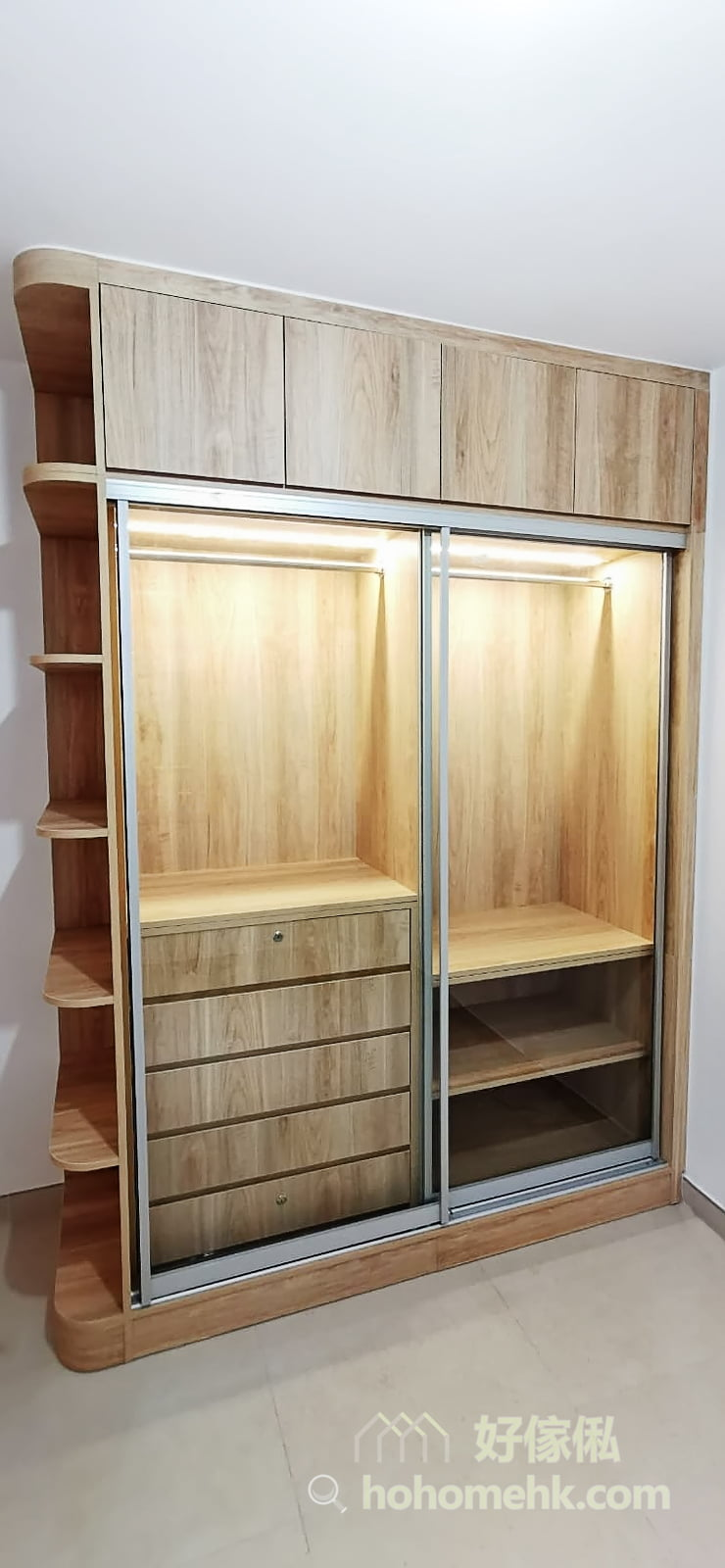 在衣櫃裡加裝適當的燈飾,不單找衣物更方便,燈光從玻璃門透出來的時候,令整個衣櫃的質感瞬間提升