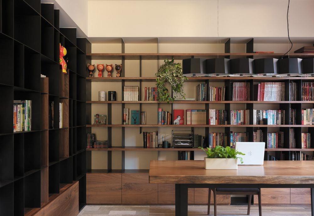 一個設計得好的書櫃是非常重要的,可以令空間看起來不那麼壓迫,同時還能成為空間裡漂亮的背景