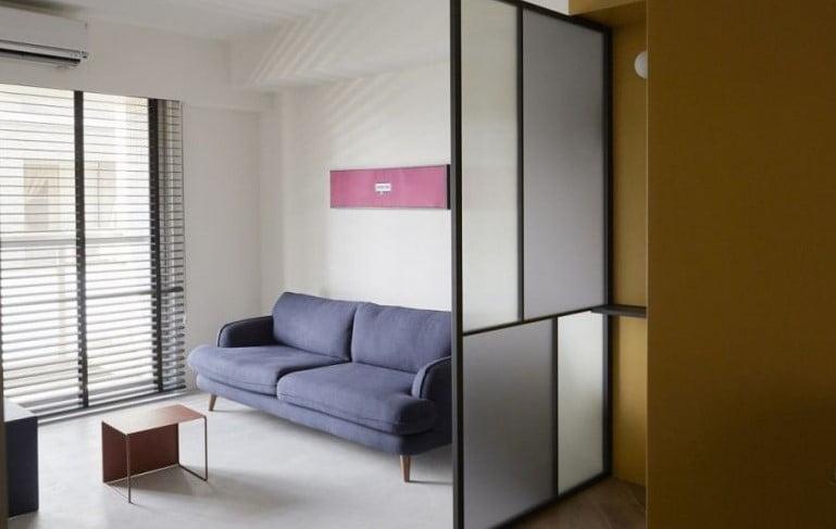 引入玻璃間隔的半開放式設計,可以讓更多自然光灑入屋內,擴大空間感,家庭成員之間的互動也會更緊密