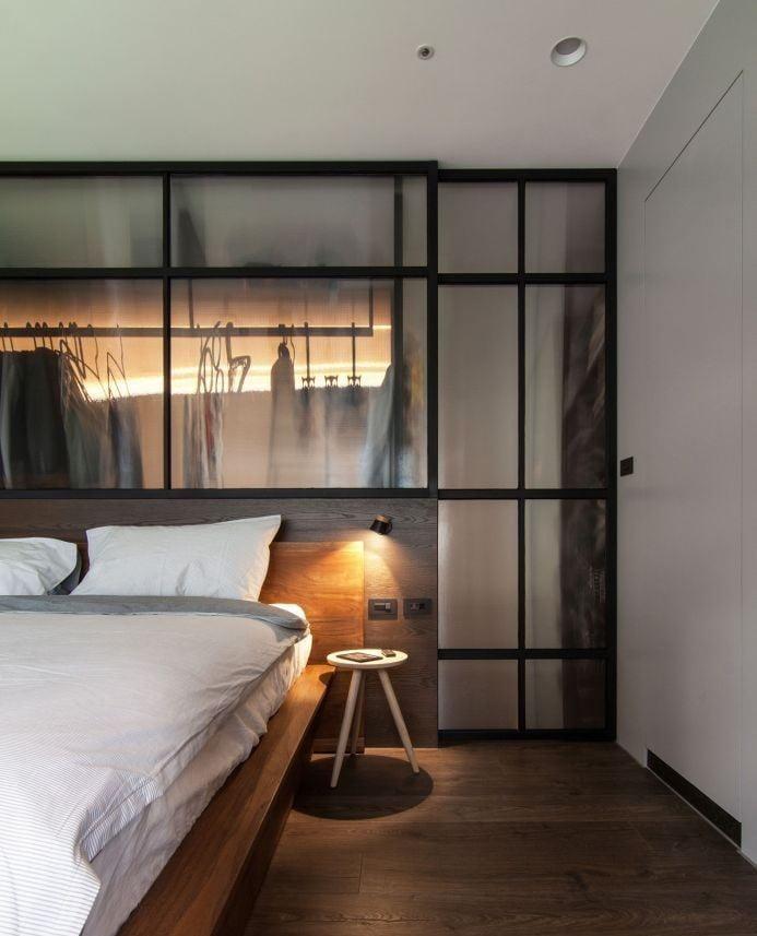 玻璃本身並非吸音材質,加上玻璃間隔的比木板和磚牆薄,不能有效隔絕聲音,加上玻璃趟門之間會有縫隙,隔音效果都會較差
