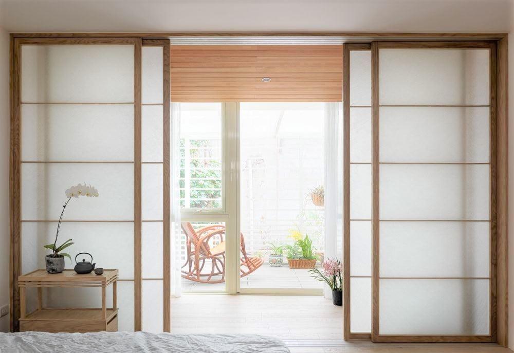 如果想要現代日式簡約風,趟門可以選擇淺木色來營造明亮感受,例如梧桐木、白樺木、山毛櫸、硬楓木、橡木