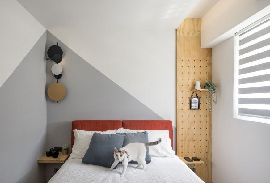 沒有床頭櫃的話,可以用洞洞板創造垂直收納空間,配合地台床高度進行收納