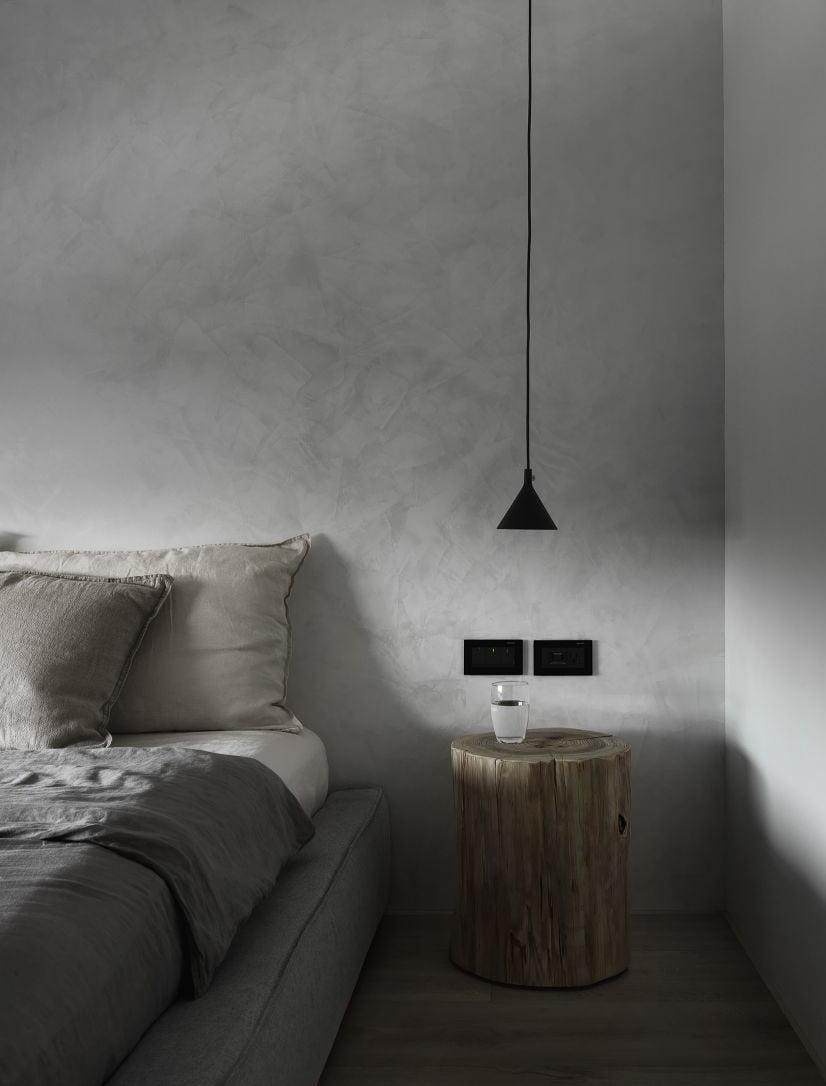 沒有床頭櫃的話,可以在床側擺放一張不常用或富有設計感的高櫈