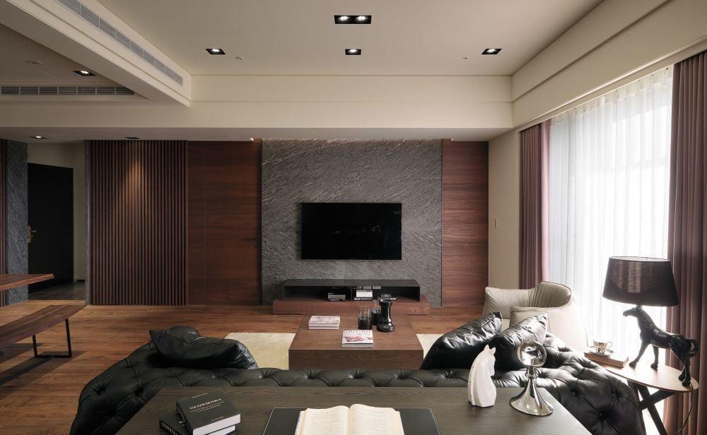 在一些比較端莊穩重的客廳搭配中,顏色太淺可能壓不住空間的檔次感,因此可以考慮選擇一些黑木色或胡桃木色的電視櫃,這樣可以讓空間整體更加端莊沉穩