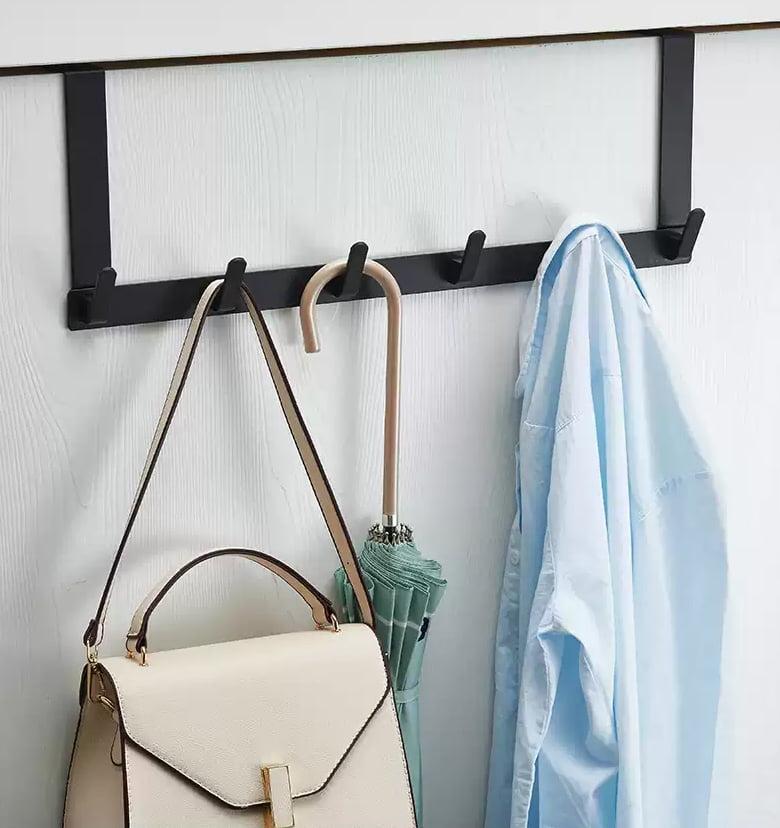 門後小小的位置只要配上掛勾,就剛好用作髒衣區,不會污染衣櫃內乾淨的衣服