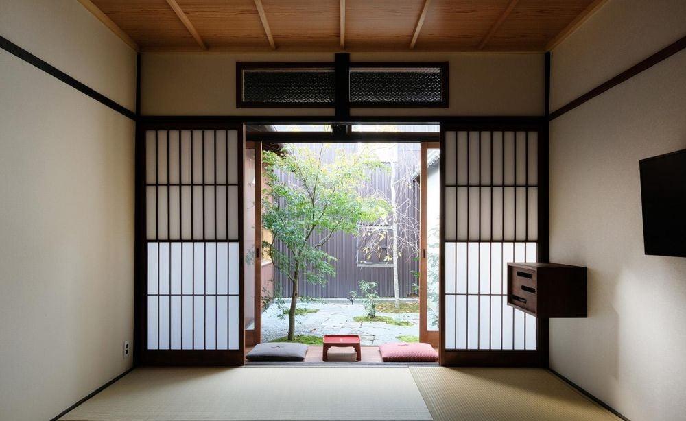 傳統的日式和風趟門會選擇深色木材,例如黑胡桃木、黑櫻桃木