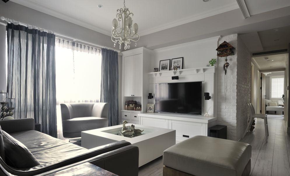 白色作為一個經典舒適的顏色,搭配在客廳電視櫃設計之中,結合簡約大氣的傢俬與沙發佈置,可以營造出一種情趣愜意的客廳氛圍