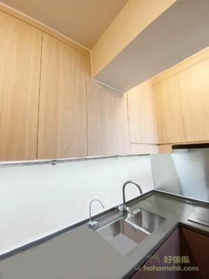 整組廚櫃用了兩種色調,有相當柔和又巧妙的層次變化