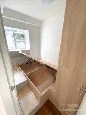 地台床結合了床架和儲放功能、窗台櫃結合床頭櫃、梳妝枱和收納功能,利用有限的空間滿足不同的需要