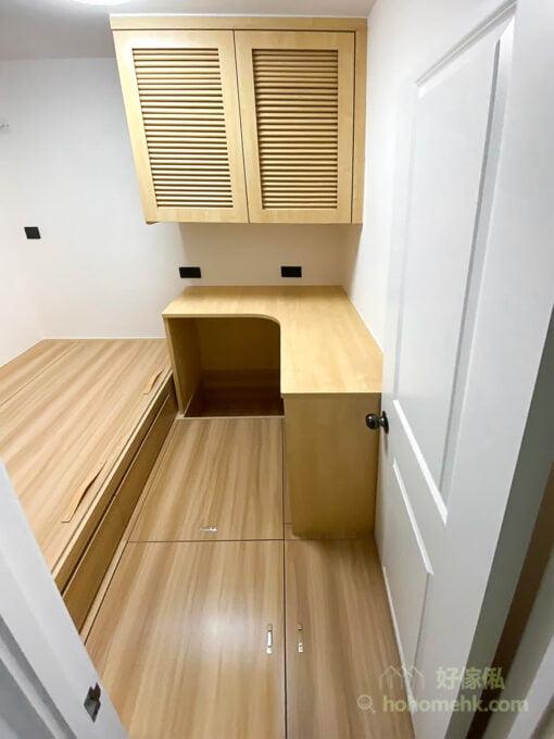 小空間要有大量的收納,除了向下發展的地台,還有就是向上發展的吊櫃。吊櫃到天花頂自然不怕櫃頂會有積塵或昆蟲的擔憂,而且能夠把垂直的空間全都利用起來,爭取更多地方儲物