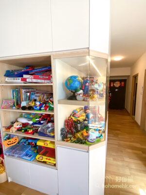 屋主有很多模型收藏,所以玄關櫃延伸至客廳的部份特別造了一個很大的玻璃飾櫃給他展示收藏品