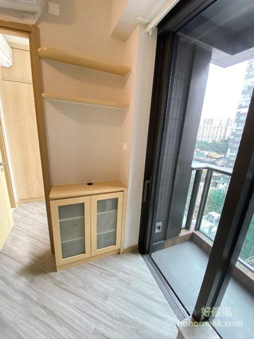 在玄關櫃對面,露台與房門之間的角落,做了一組跟玄關櫃同款的小型客廳櫃,可補充玄關櫃的收納,也可統一整體空間的風格