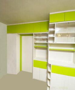 客廳儲物櫃與玄關櫃位於不同的水平線,是為了在客廳與間房空間中找到平衡,讓兩個空間都可以有最舒適的活動區域
