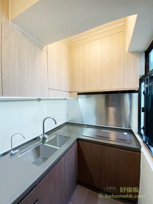 吊櫃選擇淺木色能減少對空間造成的壓迫感,而地櫃選擇深木色更耐髒
