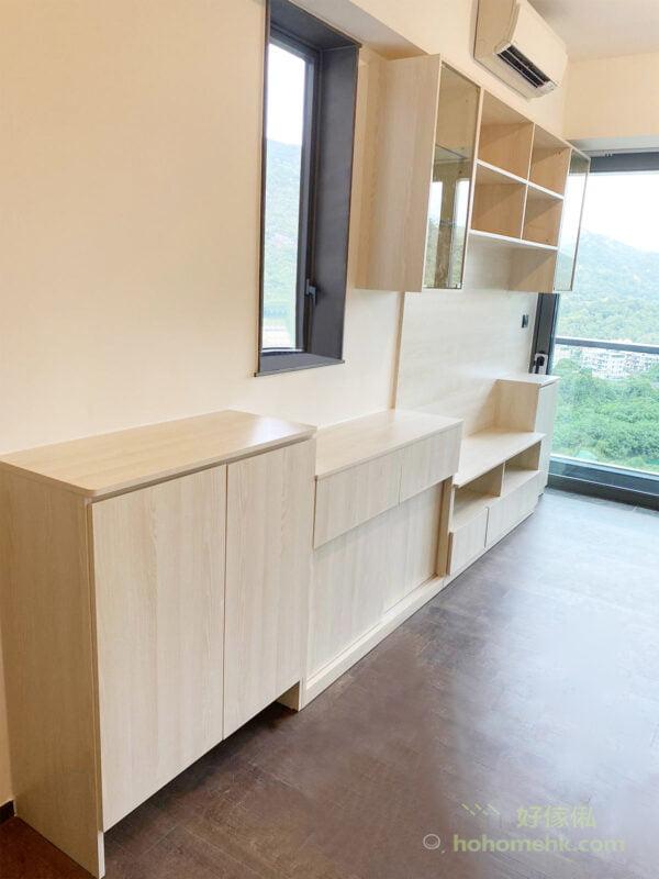 吊櫃以開放式層架和玻璃飾櫃為主,擺放輕巧的物品及具有展示的功能。地櫃則為影音櫃和隱蔽式收納,包括櫃桶和掩門櫃,可以收納很多雜物,滿足儲物需求