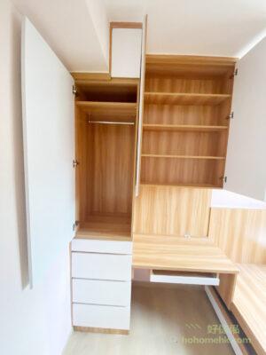 衣櫃最頂層的層架適合擺放不常用或換季的衣物,掛衣區可以掛到十多件衣服,儲物量一點也不少,下層分成不同高度的櫃桶,收納不同的東西都非常方便