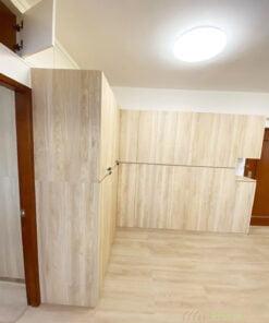 超巨型的儲物櫃,簡約設計最適合不過,沒有累贅的飾面,加上整齊的櫃門設計,暗抽凹坑就像空間中的腰線,有延伸空間的效果