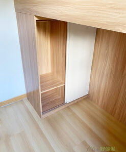 趟門衣櫃靠高架床的短邊設計,完全不佔用床架以外的空間,而且不用預留開門的位置,適合偏小的房型