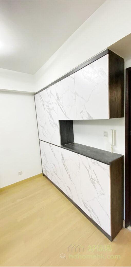 善用橫樑下的空間訂造一個C字櫃或玄關櫃,高度剛好到橫樑底,就能夠修飾牆面的不平整