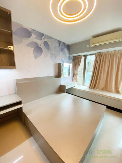 如果空間許可的情況下,睡床最好還是單邊靠牆,特別是雙人床,兩邊都可以上落床會較方便,減低互相影響的機會,關係也能更融洽