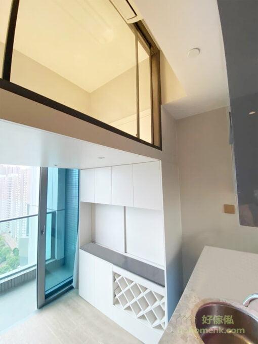 以白色為主調,加上與屋內廚櫃相襯的灰色檯面,與室內空間的風格和諧統一,並形成深淺的層次。而白色的酒架能突出酒樽獨有的美態,亦更容易找到想喝的酒