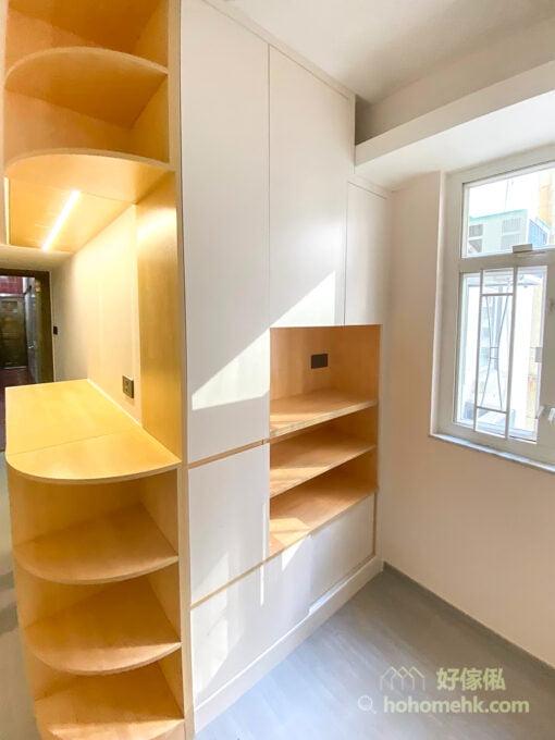 玄關吊櫃下裝了燈帶,可以照亮整個玄關位置,視覺空間更寬敞