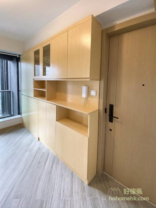 訂製玄關櫃的時候可以叫設計師預留電掣和對講機的位置,預先在背板開孔,這樣就可以完美地將電掣和對講機嵌入