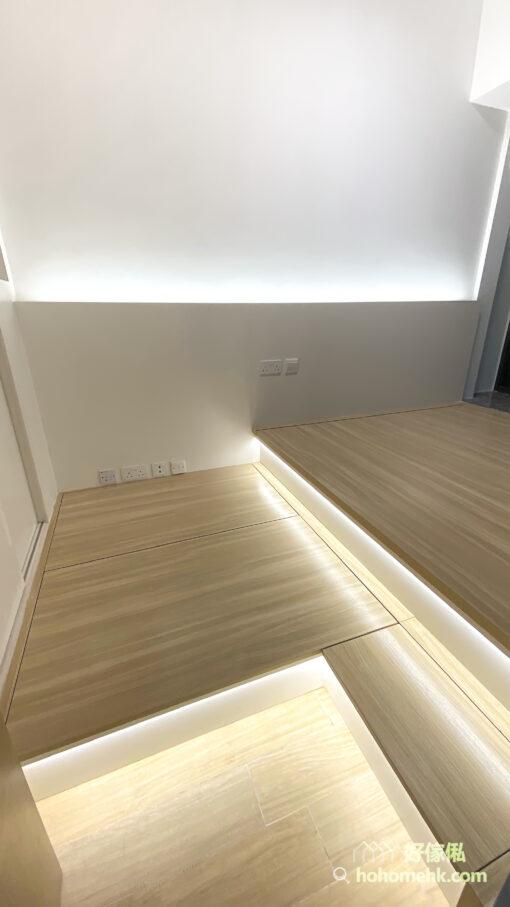 泥黃色的地台設計,讓色調集中在睡房的下方,猶如沙灘上浪漫的細沙,也平衡了藍與白的清爽感,增加半分柔和與溫暖