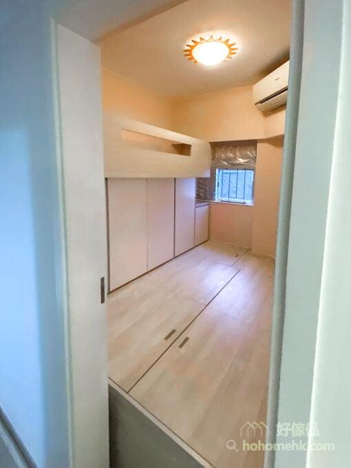 以趟門代替推拉門作為房門的好處是開門的動線變成與門板相同的水平線,不像推拉門要預留90度的空間開門,趟門沿著牆壁趟開就可以了