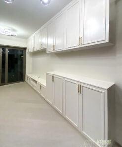 以白色這種彩度低的色調作為空間主色,絕對符合簡約的格調,大範圍的白色儲物櫃配合充足的燈光和陽光,日夜都會形成深淺不同的視覺層次,比運用花俏的配色更耐看