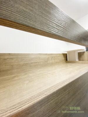 碌架床、衣櫃、書枱及書櫃的板材以咖啡色及米白色木紋組成,咖啡色與地板配襯,米白色則與牆身顏色呼應,傢俬與地板及牆身運用相同色系,讓空間配色更和諧