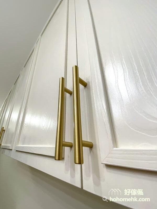 在純白色的櫃身裝上線條俐落的黃銅拉手,輕奢侈的感覺立刻湧現