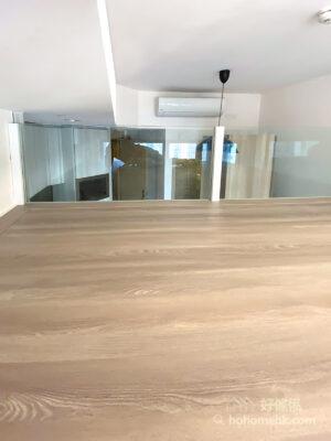 閣樓採用清玻璃及磨砂玻璃或鋁框設計的圍爛,都能讓視線與光線穿透,即使空間被一分為二,空間寬敞度都不會減低太多,良好的採光讓空間感增加,實用性也會變高