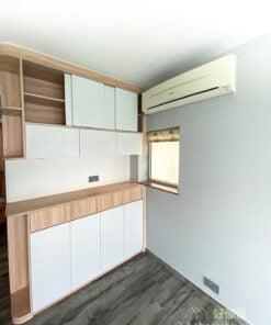 在接近冷氣機的位置要造櫃的話,可善用趟門設計,櫃門便不會撞到冷氣機了