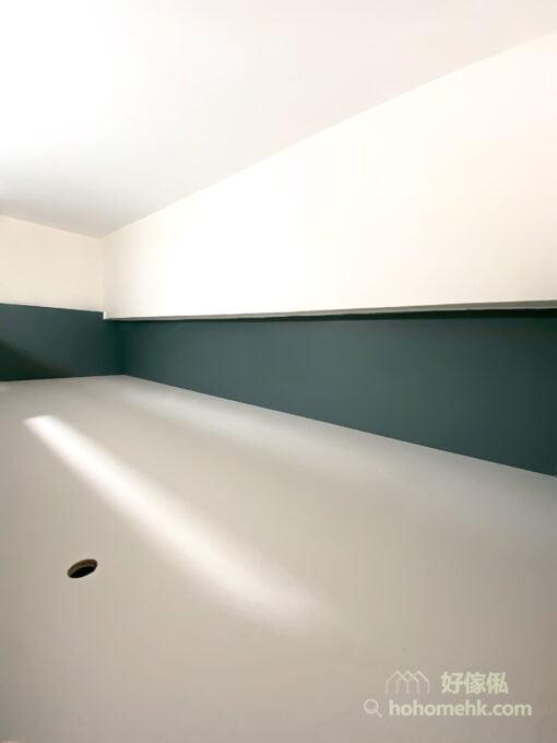 上格床的墨綠色圍欄和爬梯,配上鏤空造型的扶手位置,在純白的空間中猶如一卡小型車廂,為房間增添了幾分趣味