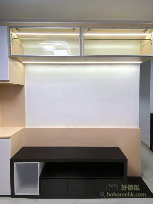 在家中想要呈現北歐風格,可以運用北歐風的重要色調 — 白色打造電視櫃,搭配幾何線條與部分黑色和木色展現層次