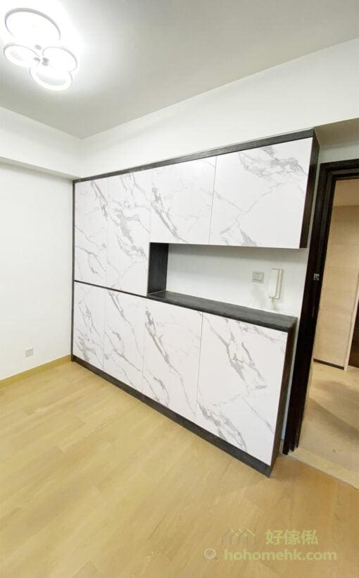 為了減輕大型儲物櫃在空間的份量,都會選擇跟整體裝潢相近的顏色,如櫃門佔據的面積較大,就可跟隨牆身用白或米白等的淺色、亮色,而櫃身則可與地板或大門門框用相近的顏色。這樣的配色讓櫃身更融入在整個空間之中