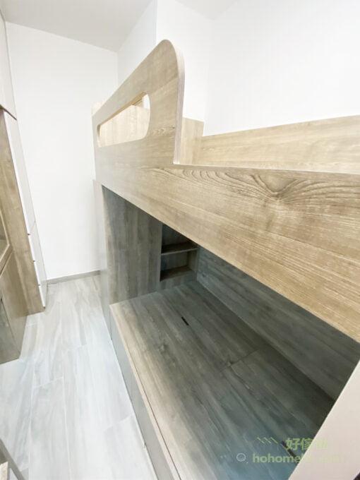 嵌入式設計的床頭櫃不會撞頭,不多不少的深度作為床頭櫃擺東西很剛好