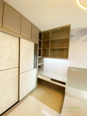 睡床單邊靠牆的話,兩邊床頭都有位置擺放床頭櫃,男女主人有各自的儲物空間,大家的私人物品不會混在一起,要找東西都會更容易