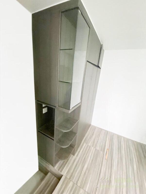門口的轉角層架加入圓角設計,令視線不會被硬生生切開,而是有個舒服的弧度引領著視覺進入睡房,更加自然、柔和