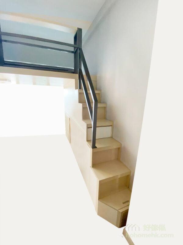 第一級樓梯特別做了斜角的設計,避免凸出來的尖角會絆腳,動線也更順暢
