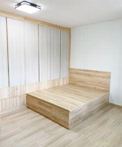 採用掩門衣櫃,可以將五顏六色的衣物和雜物一次過隱藏在櫃門後,讓空間更顯整齊,收納時間更快速、便利。加上集中式的收納,能讓睡房空間更清爽
