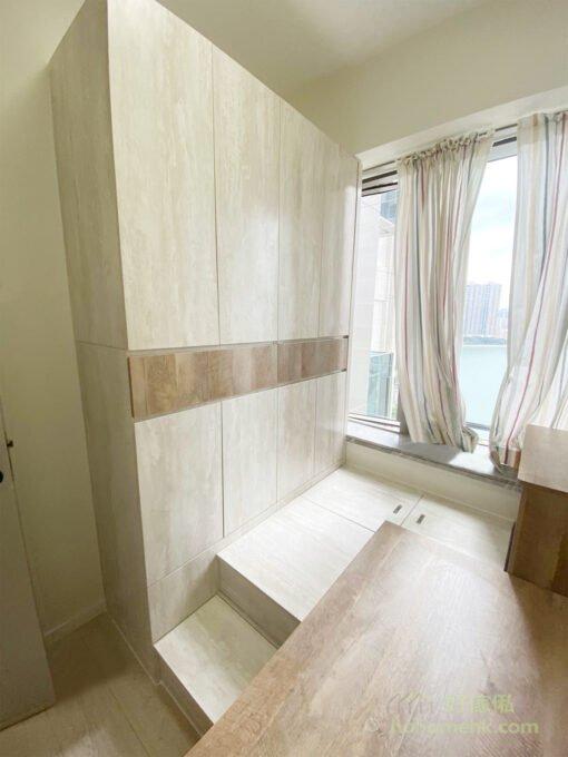 全房傢俬以雙色設計,深淺兩種木色配襯出層次感,同時將不同區域區分出來